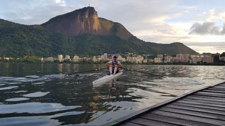 Lucas Verthein treinando na Lagoa Rodrigo de Freitas — Foto: Helena Rebello