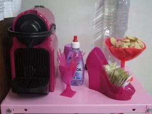 Cafeteira e utensílios na mesa da investigadora  (Foto: Mariane Rossi/G1)