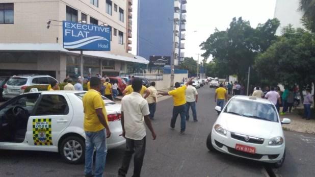 Taxistas fecharam vias de acesso ao local do confronto (Foto: Gilcilene Araújo/ G1)