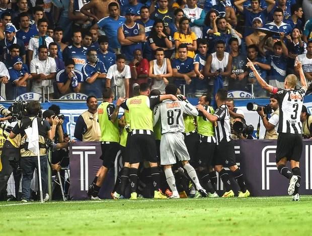 comemoração do Atlético-mg contra o Cruzeiro (Foto: Gustavo Andrade)