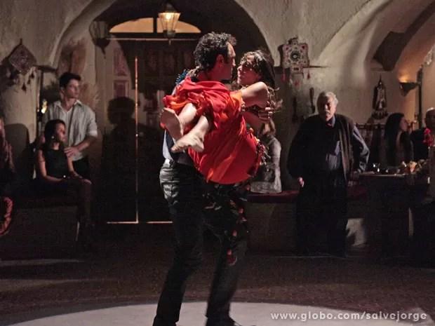 Zyah se irrita ao ver Ayla dançando no restaurante de Cyla e a tira dali a força (Foto: Salve Jorge/TV Globo)