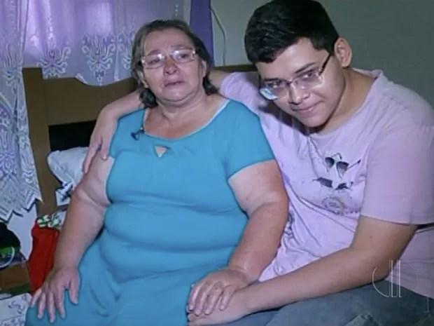 Mãe do estudante se emociona ao contar história da família (Foto: Reprodução/ Inter TV)