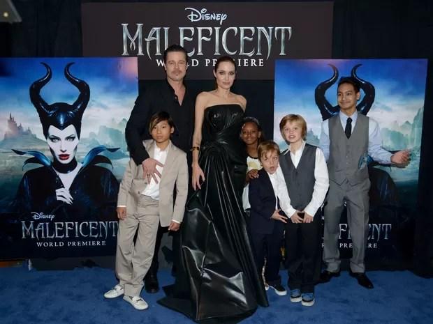 Angelina Jolie e Brad Pitt com os filhos Pax, Zahara, Knox, Shiloh e Maddox em première de filme em Los Angeles, nos Estados Unidos (Foto: Charley Gallay/ AFP )