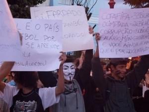 Protesto reúne estudantes em Pindamonhangaba. (Foto: Suellen Fernandes/G1)