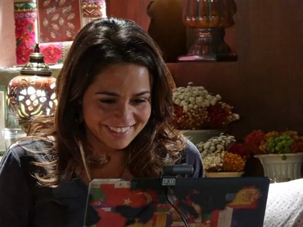 Morena conta toda a verdade para Helô: 'Eu fui traficada' (Foto: Salve Jorge/TV Globo)