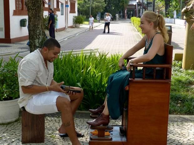 Naldo dá aquele trato no sapato de Angélica (Foto: Estrelas/TV Globo)