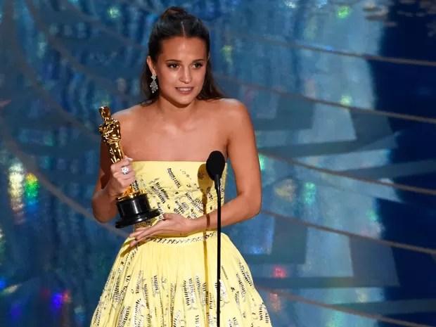 Alicia Vikander recebe o Oscar de melhor atriz coadjuvante por 'A garota dinamarquesa' (Foto: Chris Pizzello/Invision/AP)