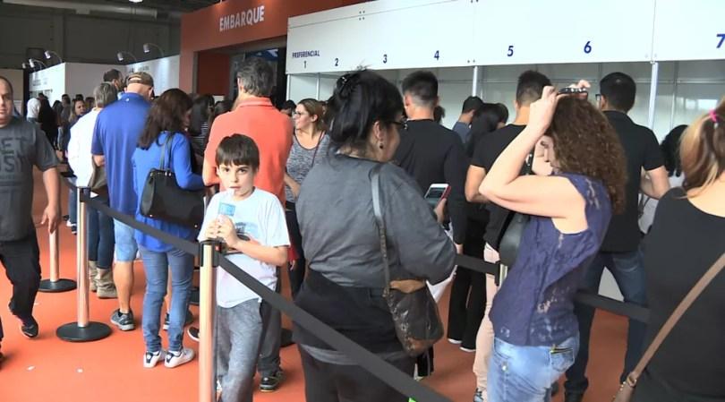 """Visitantes formaram filas em """"feirão"""" de desconto de pacotes de viagem em shopping de Campinas (SP) — Foto: Vanderlei Duarte/Reprodução EPTV"""