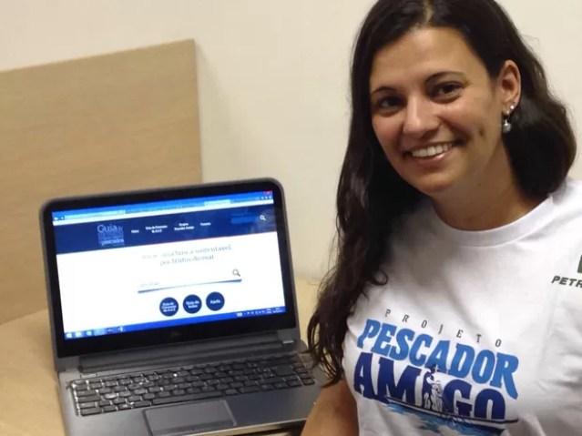 Coordenadora explica objetivos do guia elaborado por projeto (Foto: Rodrigo Martins/ G1)