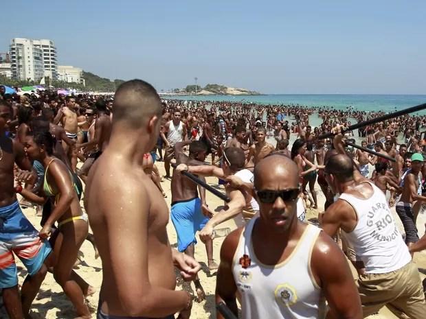 Em domingo de sol e praias lotadas, banhistas em Ipanema sofrem tentativa de arrastão na altura do posto 8, na Zona Sul do Rio de Janeiro (Foto: Guilherme Leporace/Agência O Globo)