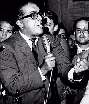 ELOQUÊNCIA Lacerda discursa em  São Caetano do Sul, São Paulo, em 1968, durante ato da Frente Ampla,  que se opunha à ditadura militar. Seu poder de atração era sua oratória (Foto: Acervo UH/Folhapress)