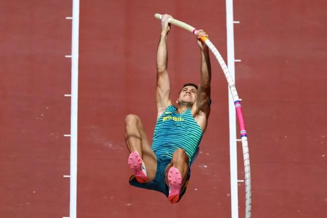 Thiago Braz durante a eliminatória do salto com vara — Foto: Kai Pfaffenbach/Reuters