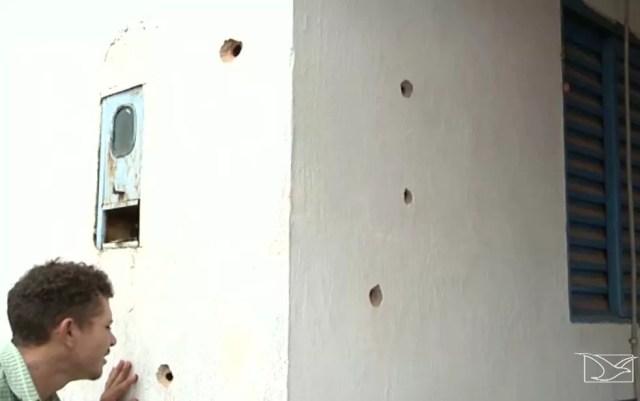 Marcas da ação dos bandidos ficaram espalhadas nas paredes da agência bancária. (Foto: Reprodução/TV Mirante)