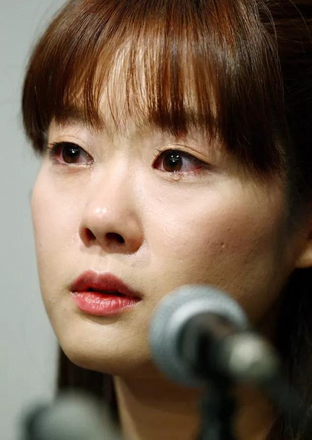 Com lágrimas nos olhos, Haruko Obokata fala à imprensa japonesa nesta quarta-feira (9)  (Foto: AFP Photo/Jiji Press)