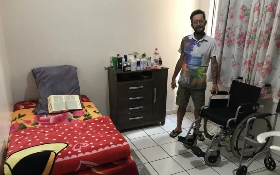 José Ricardo Fernandes no quarto onde cuidava da mãe — Foto: Vitor Santana/G1