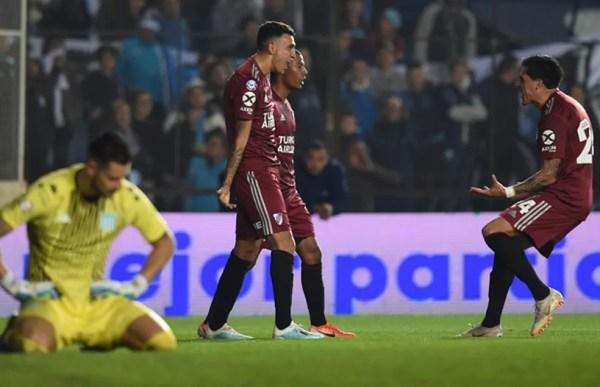 Jogadores do River comemoram gol sobre o Racing — Foto: Divulgaçã/River Plate