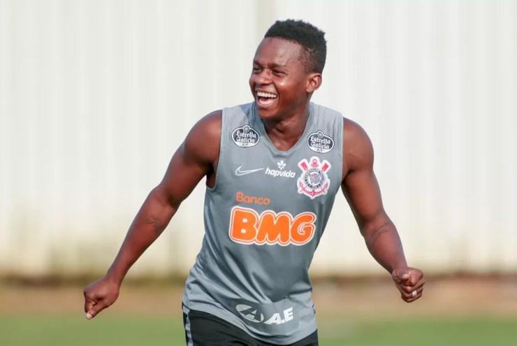 Cazares, meia do Corinthians, sorridente durante treino — Foto: Rodrigo Coca / Ag.Corinthians