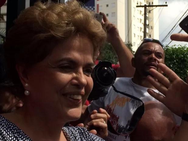 Presidente Dilma Rousseff cumprimenta militantes em frente a prédio de Lula, em São Bernardo do Campo, no ABC (Foto: Carolina Dantas / G1)