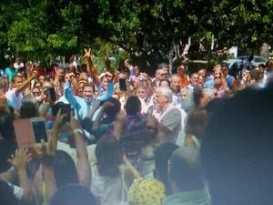 Marquinho caminhou da Câmara até a Prefeitura (Foto: Reprodução/Inter TV)