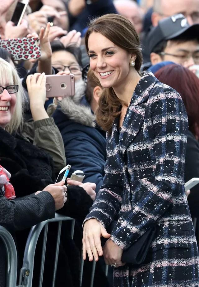 Kate Middleton com fãs (Foto: Getty Images)