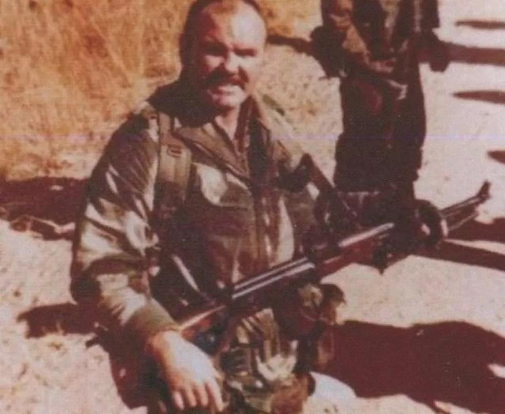 McAleese durante o período em que lutou na Rodésia, atual Zimbábue — Foto: Divulgação/Modern Films/Via BBC