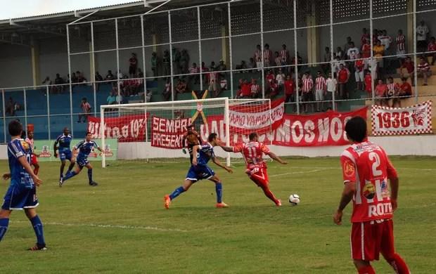 Atacante do Auto Esporte, Fernando Sá chuta para o gol de Aranha do Cruzeiro de Itaporanga (Foto: Richardson Gray / Globoesporte.com/pb)