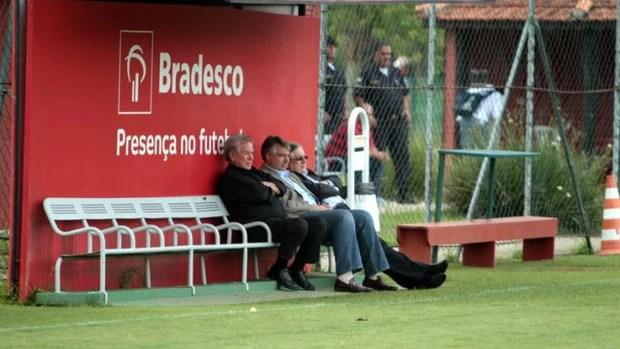 Presidente Juvenal Juvêncio, diretor Adalberto Baptista e vice João Paulo de Jesus Lopes viram o treino (Foto: Rubens Chiri / Site oficial do São Paulo FC)