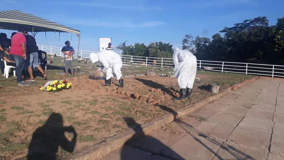 Enterro foi na tarde desta terça-feira (30) — Foto: Gisele Almeida/Rede Amazônica