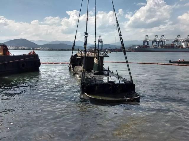Guindaste flutuante içou embarcação naufragada no cais do Porto de Santos, SP — Foto: G1 Santos