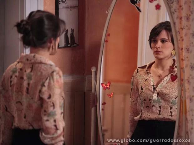Carolina promete para si mesma que vai se vingar (Foto: Guerra dos Sexos / TV Globo)