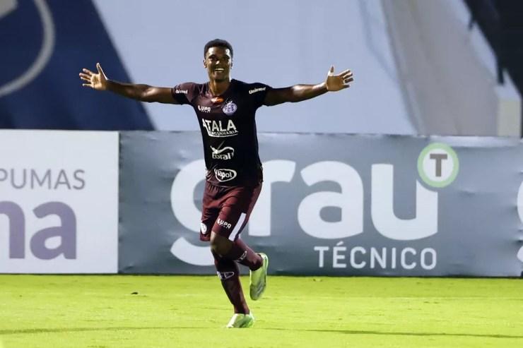 Bruno Mezenga festeja gol pela Ferroviária — Foto: THIAGO CALIL/AGIF - AGÊNCIA DE FOTOGRAFIA/ESTADÃO CONTEÚDO