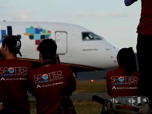 """Participantes do """"Spotter Day"""", promovido pelo Aerorporto JK, em Brasília, fotografam avião na pista (Foto: Inframerica/Divulgação)"""