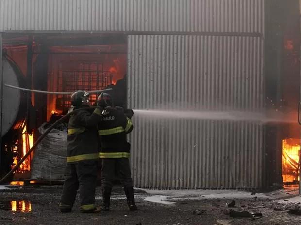Bombeiros trabalham para conter fogo em fábrica de papelão em Araraquara (Foto: Marcos Leandro/Tribuna Impressa)