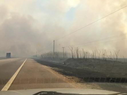 Fumaça densa prejudica a visibilidade dos motoristas — Foto: Divulgação