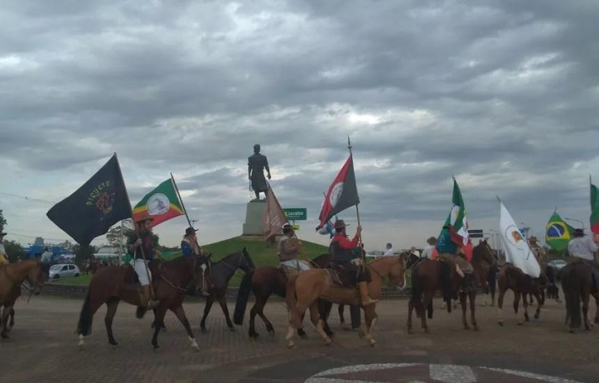 Cavalgada foi encerrada com homenagens junto ao Monumento ao Laçador, em Porto Alegre (Foto: Marisol Santos/RBS TV)