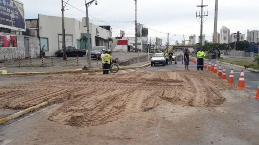 Trecho foi aterrado, após asfalto da avenida Prudente de Morais, na Zona Sul de Natal, ceder  (Foto: Heloisa Guimarães/Inter TV Cabugi)