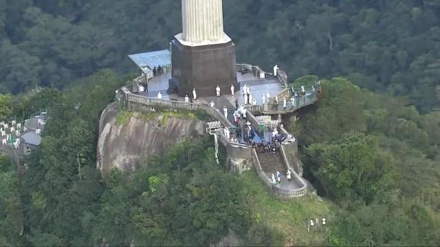 Cristo Redentor passa por limpeza para reabertura — Foto: Reprodução/ TV Globo