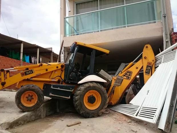 Trator invadiu casa em Sorocaba (Foto: Tássia Lima/G1)