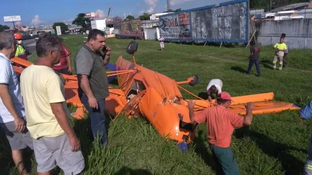 Curiosos se misturam a equipes da Nova Dutra no local do acidente (Foto: Reprodução/ Redes Sociais)