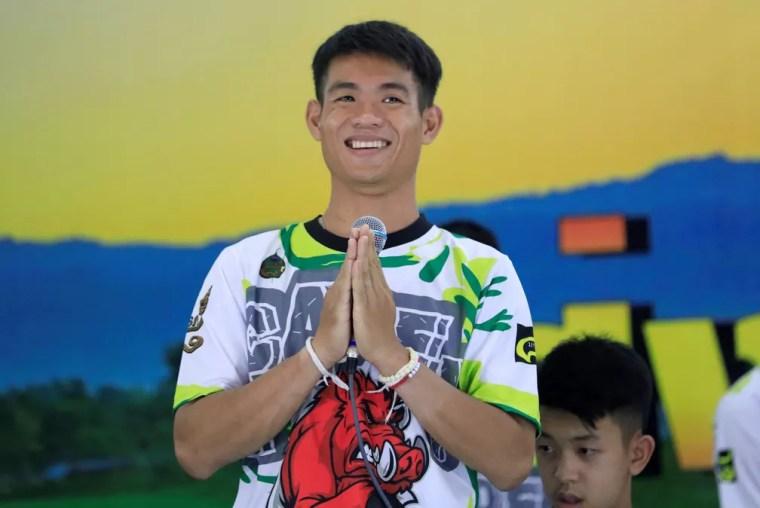 Técnico dos 'Javalis Selvagens', Ekapol Chantawong, fala à imprensa nesta quarta-feira (18) após ele e jovens receberam alta do hospital (Foto: Soe Zeya Tun/Reuters)