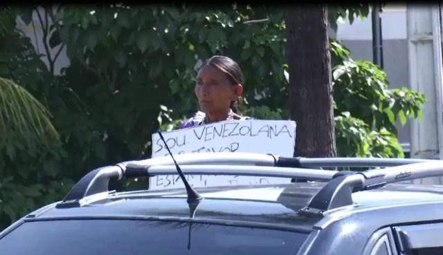 Indígenas pedem ajuda em semáforos de Rio Branco após fugir da Venezuela — Foto: Reprodução/Rede Amazônica Acre