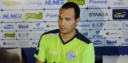 Atacante Tito é apresentado no Confiança e fala sobre possível problema médico (Foto: João Áquila)
