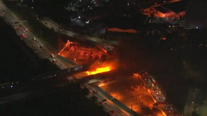 Incêndio atinge parte de baixo da Ponte Jaguaré — Foto: Reprodução/TV Globo