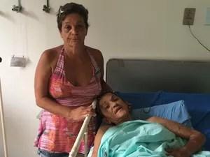 Rosângela acompanha a sogra do filho, Maria de Fátima, que precisa de uma cirurgia de retirada das mamas (Foto: Cristina Boeckel/ G1)