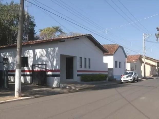 Base da PM foi atingida por disparos feitos pelos criminosos (Foto: Reprodução/TV TEM)
