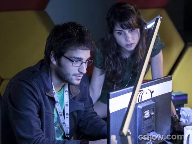 Davi hackeia sistema da Marra para descobrir sobre projeto secreto (Foto: Inácio Moraes/TV Globo)