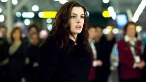 Claire é uma jovem psiquiatra que recebe a missão de ajudar os sobreviventes de um acidente aéreo. Intrigada, ela tenta desvendar o que de fato aconteceu durante o fatídico vôo, ao mesmo tempo em que se envolve afetivamente com um dos sobreviventes, Eric. Misteriosamente, os sobreviventes vão desaparecendo um a um.