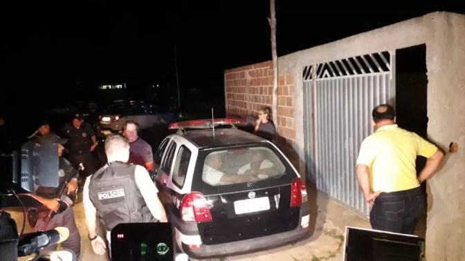 Suspeitos foram levados pela polícia até a cena do crime — Foto: Caio Dias/Inter TV