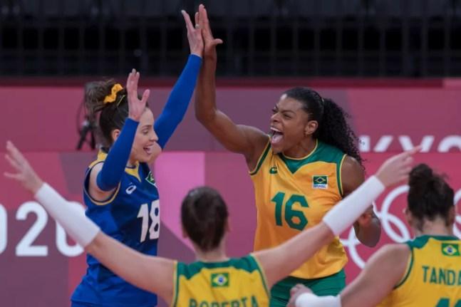 Brasil encara russas nas Olimpíadas — Foto: Julio César Guimarães/COB