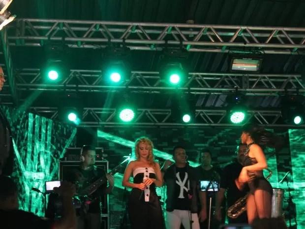 Com a presença de Chimbinha, Joelma permaneceu de cabeça baixa no palco. (Foto: Amanda Dourado/G1)